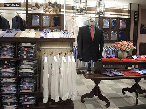 スーツなどビジネスシーンで使えるアパレルも揃っています。