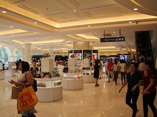 日本と同様に様々なブランドが立ち並ぶ化粧品売り場