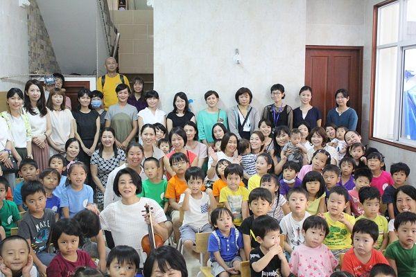 高嶋ちさ子さん、ホーチミンの日系幼稚園でコンサートを開催