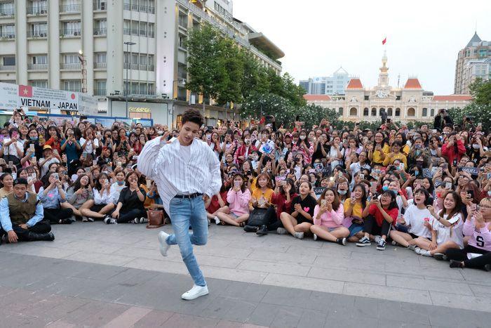 大人気K-POPスター、ホーチミンでライブ 数千人が集まる