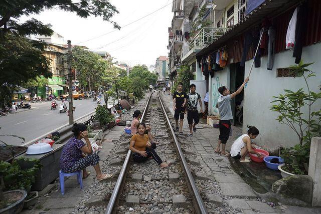 ハノイの住宅街を通る鉄道、外国人観光客の間で人気上昇