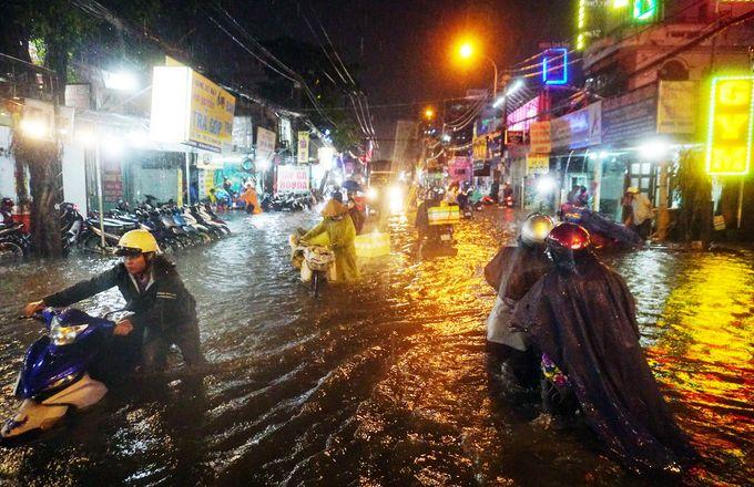 ホーチミンで豪雨、冠水相次ぎ交通機関マヒ