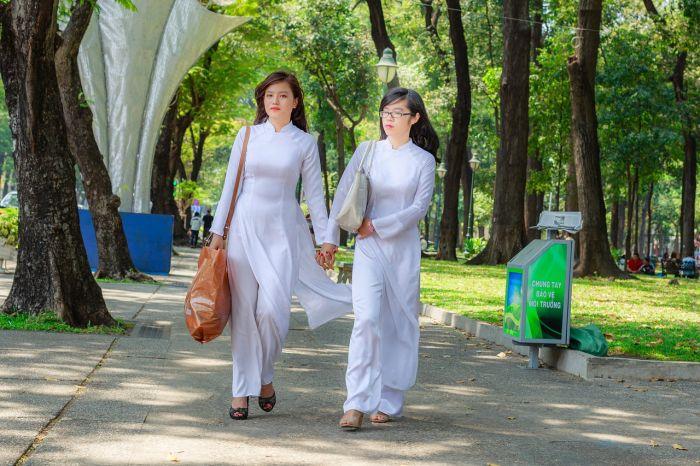 ベトナムの民族衣装「アオザイ」って⁉ 男性用もある? 体験や撮影の値段も紹介
