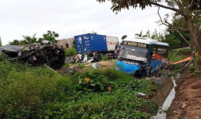 ベトナム北部、バイクと車両の衝突事故発生により2人が死亡、10人負傷,ベトナム, 北部, 死亡事故, バス, バイク, 車,