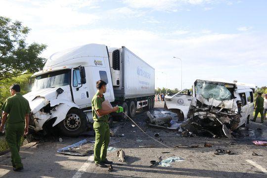 クアンナム省でトレーラーとバスが衝突、13人死亡4人負傷