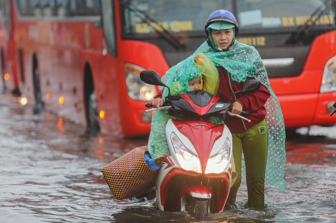 ホーチミン、週末の豪雨で交通マヒ