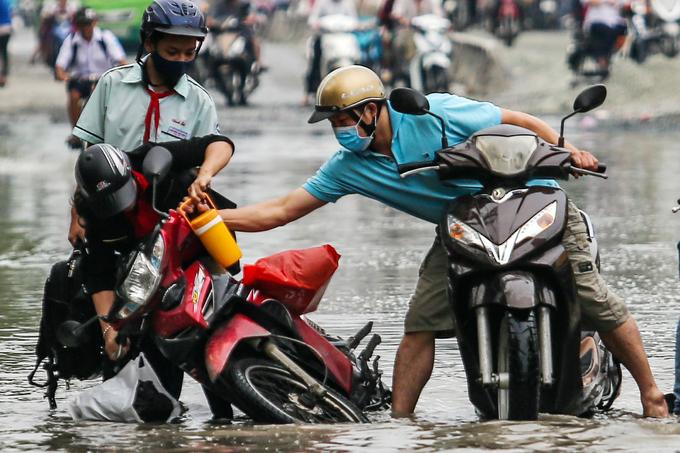 ホーチミン、道路の冠水で助け合い,ホーチミン,道路,冠水,洪水