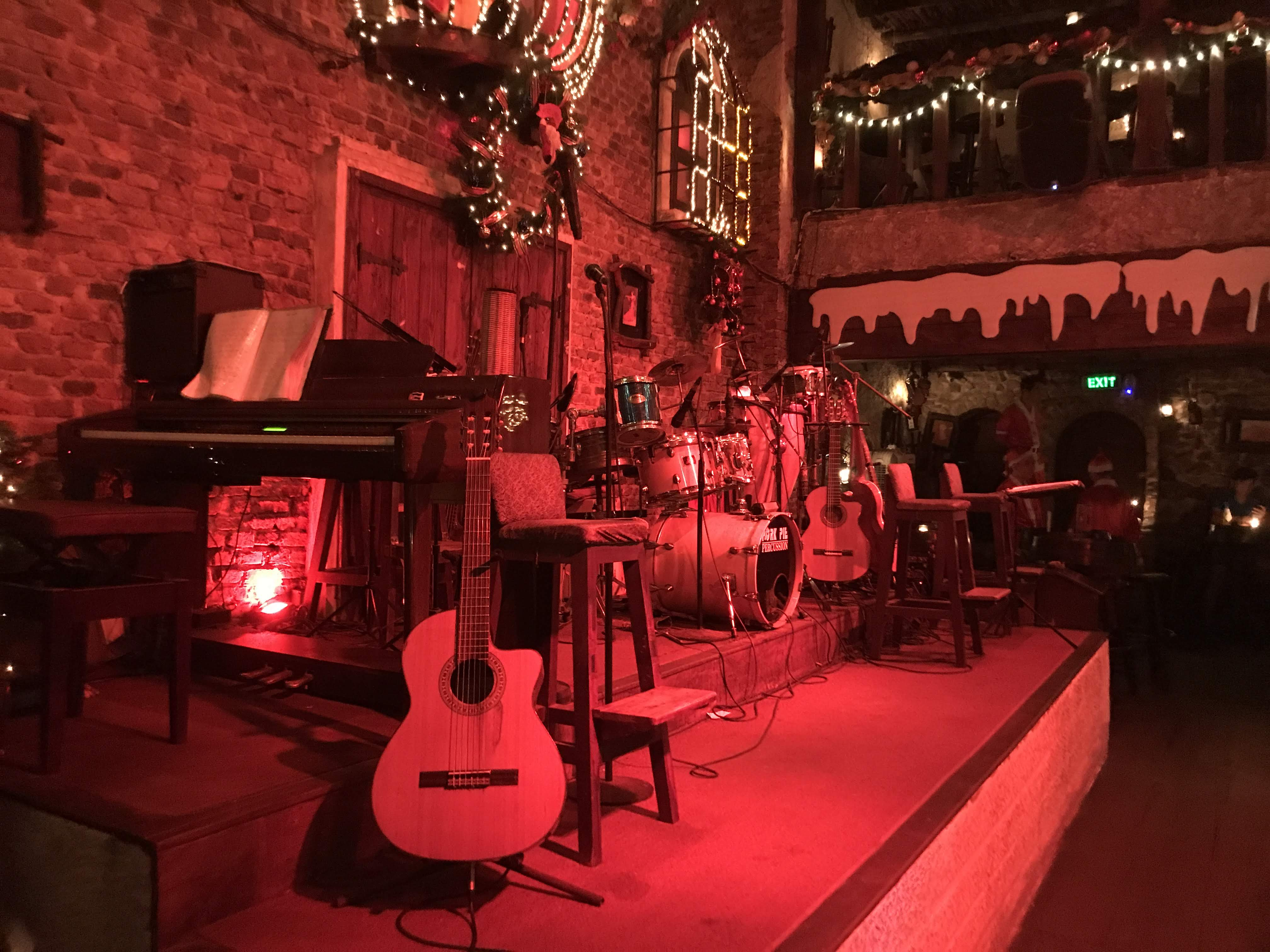 今夜、レタントン近くのバー【Carmen Bar】ではミュージックライブが開催!!