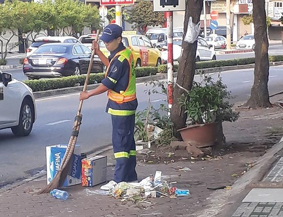 街の安全や景観維持のためにテト期間も働く人々