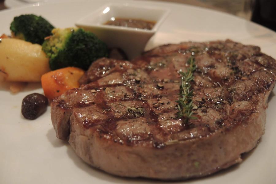 【Nossa Steak House】4人以上のご来店で赤ワインボトル1本無料!!ホーチミンのステーキレストラン